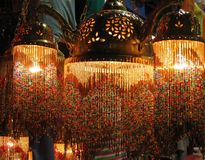 Lampes turques colorées dans le bazar grand, Istanbul, Turquie image stock