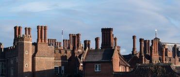 Lampglas och balustrader på byggnad för röd tegelsten för Tudor arkitektur s royaltyfri bild