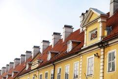 Lampglas och röd-belade med tegel tak av byggnad i gamla Riga Royaltyfri Bild