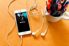 LAMPHUN, 16-ОЕ СЕНТЯБРЯ 2016: Съемка экрана музыки app Яблока дальше стоковая фотография