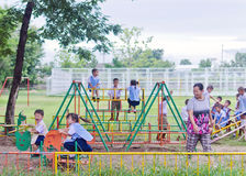 LAMPHUN, †de la THAÏLANDE «16 juin : Enfants jouant dans le playg spécial Image stock