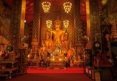 Lamphun, Tailândia - 20 de maio de 2018: Estátuas douradas da Buda dentro do santuário budista do templo de Wat Phra That Hariphu foto de stock royalty free