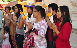 Lamphun, Tailândia: Povos que Praying no templo tailandês Fotografia de Stock Royalty Free