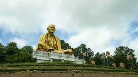 LAMPHUN, TAILANDIA - 5 DE AGOSTO DE 2018: Lapso de tiempo Wat Doi Ti y estatua enorme de Khruba Siwichai almacen de video