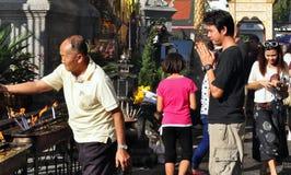 Lamphun, Tailandia: Thais devoto en el templo Fotografía de archivo