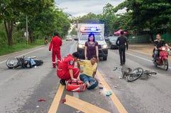 LAMPHUN TAJLANDIA, LIPIEC, - 04,2017: Motocyklu wypadek na ro Zdjęcie Stock