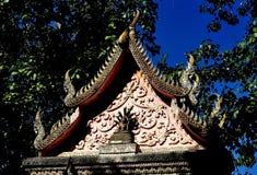 Lamphun, Thaïlande : Passage au temple thaïlandais Images stock