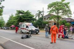 LAMPHUN THAILAND - JULI 04,2017: Motorcykelolycka på roen Arkivbild