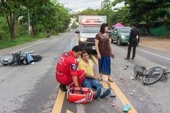 LAMPHUN THAILAND - JULI 04,2017: Motorcykelolycka på roen Royaltyfri Fotografi