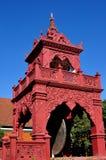 Lamphun Thailand: Trumma-Sätta en klocka på står hög på det thailändska tempelet Royaltyfri Fotografi