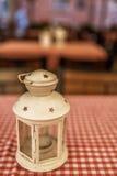 Lampionów stojaki na w kratkę stole Obraz Royalty Free