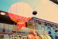 Lampion in finestra, Chinatown a San Francisco Immagine Stock Libera da Diritti