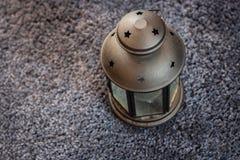 Lampion na purpurowym dywanie fotografia stock