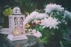 Lampion och blommor Arkivfoto