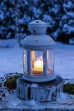 Lampion w ogródzie, zima wieczór fotografia stock