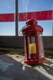 Lampion z świeczką przeciw niebu w starej latarni morskiej Zdjęcie Royalty Free