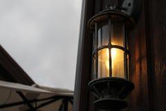 Lampion z blaskiem świecy na drewnianej jacie Obrazy Stock