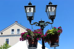 Lampion z kwiatami na tle niebo Zdjęcie Stock