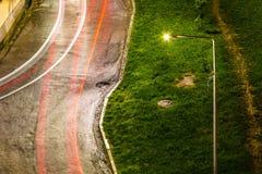 Lampione e strada dopo pioggia Immagini Stock