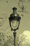 Lampione a Parigi con vecchio effetto della cartolina fotografie stock libere da diritti