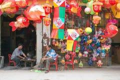 Lampions colorés étant vendus pour le mi festival d'automne en Chine Photo libre de droits