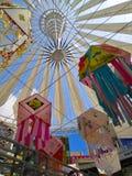 Lampions colorés accrochant dans le centre commercial pour le mi festival d'automne et les vacances nationales Image libre de droits