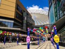 Lampions colorés accrochant dans le centre commercial pour le mi festival d'automne et les vacances nationales Photographie stock libre de droits