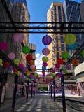 Lampions colorés accrochant dans le centre commercial pour le mi festival d'automne et les vacances nationales Image stock
