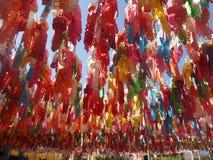 Lampions colorés accrochant sous le ciel bleu Photo libre de droits