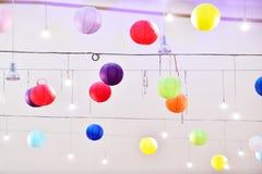 Lampions colorés de lanterne accrochant sur un plafond Photo libre de droits