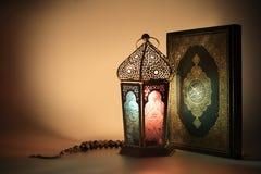 Lampionu i muzułmanin świętej księgi koran Obrazy Royalty Free
