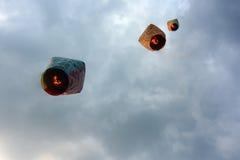 Lampiony niosą Chińskich nowy rok życzenia w nieba przy Pingxi nieba Latarniowym festiwalem w Tajwan Zdjęcia Royalty Free