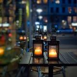 Lampiony z świeczkami na stole na Bożenarodzeniowym jarmarku zdjęcie royalty free