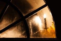 Lamplampa i kyrkligt fönster Arkivbilder