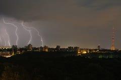 Lampo in Kyiv, con la vista sulla torretta della TV Fotografia Stock