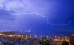 Lampo sopra una città costiera Fotografia Stock Libera da Diritti