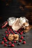 Lampone, biscotti e latte, barattoli della farina con copyspace qui sopra fotografia stock libera da diritti