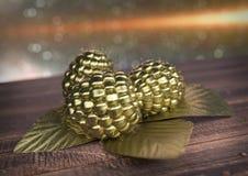 Lampone dorato sullo scrittorio di legno 3d rendono Fotografia Stock Libera da Diritti