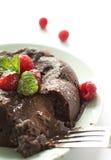 Lampone Lava Cake con fondo luminoso Fotografie Stock Libere da Diritti