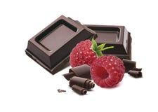 Lampone quadrato dei pezzi del cioccolato isolato Fotografia Stock Libera da Diritti