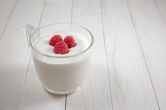 Lampone in un vetro di yogurt Fotografie Stock Libere da Diritti