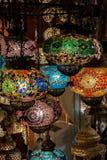 Lampor av den mångfärgade exponeringsglasmosaiken i gatamarknaden i Istanbul, Turkiet arkivfoton