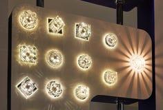 Lampor av olika format och former Ett bås som ska ställas ut, ledde lampor Royaltyfri Fotografi