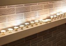 Lampor av olika format och former Ett bås som ska ställas ut, ledde lampor Royaltyfria Bilder
