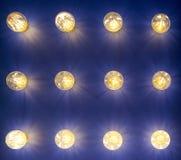 Lampor av olika format och former Ett bås som ska ställas ut, ledde lampor Lampa som klibbar ut ur väggen Arkivbild