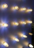 Lampor av olika format och former Ett bås som ska ställas ut, ledde lampor Lampa som klibbar ut ur väggen Royaltyfri Foto