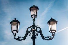 Lampor för tappningmetallgata arkivbilder