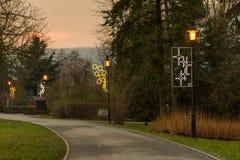 Lampor i parkera, hösten och solnedgången, ljuset och de orange färgerna, romantisk plats arkivfoton