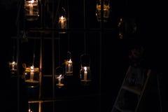 Lampor med stearinljus hänger på ett träd på natten Bröllopnig Arkivfoton