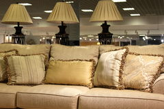 Lampor och modern soffa Royaltyfria Foton